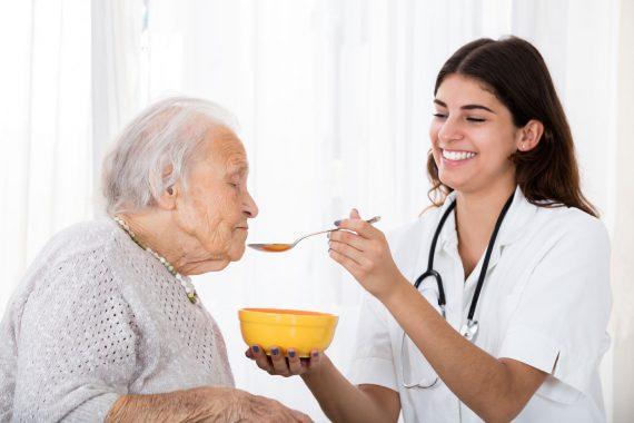 Pflegebedürftige bekommt Hilfe beim Essen