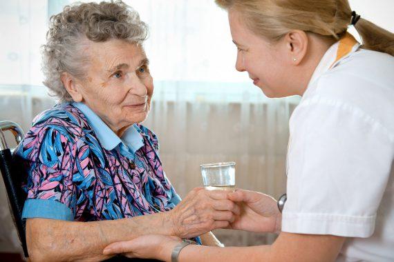 Pflegerin und ältere Dame