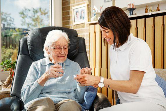 Seniorin und Pflegerin